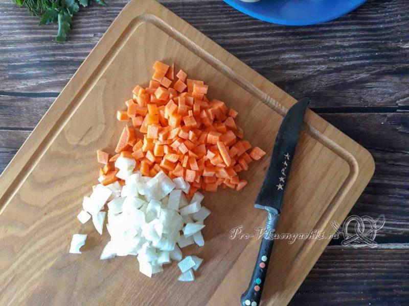 Сырный суп-пюре с шампиньонами - нарезаем лук и морковь