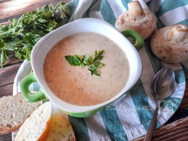 Сырный суп-пюре с шампиньонами - подача