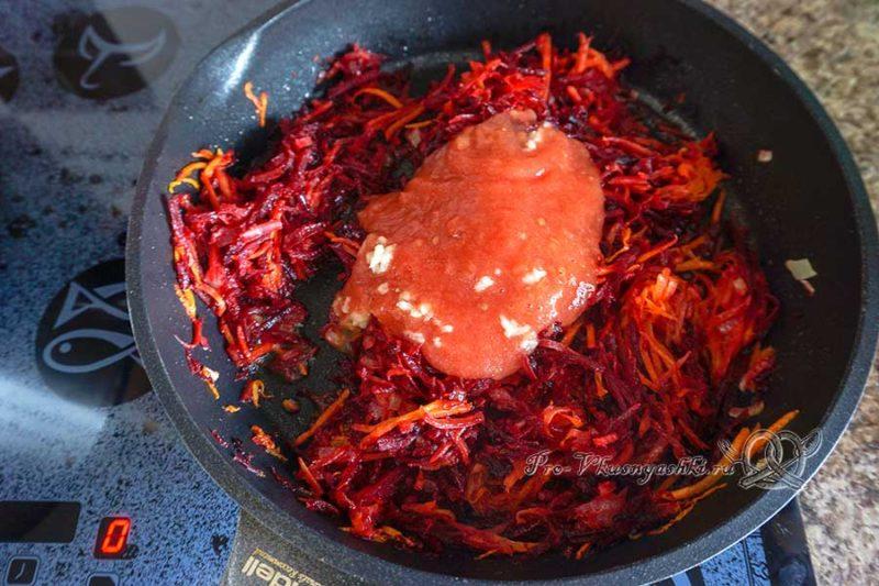 Вегетарианский борщ с фасолью - добавляем томаты в зажарку