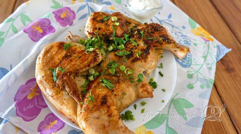 Цыпленок табака на сковороде гриль - посыпаем зеленью