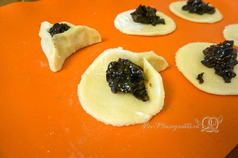 Гоменташи «Уши Амана» - выкладываем начинку на тесто