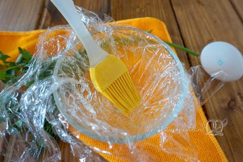 Как приготовить яйца пашот в пакете - смазываем пленку маслом