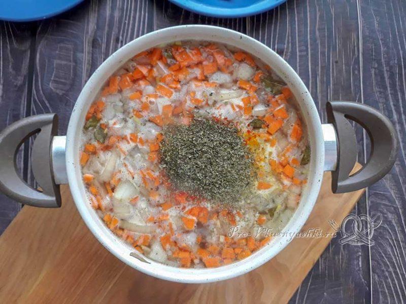 Куриный суп с булгуром - добавляем соль и зелень