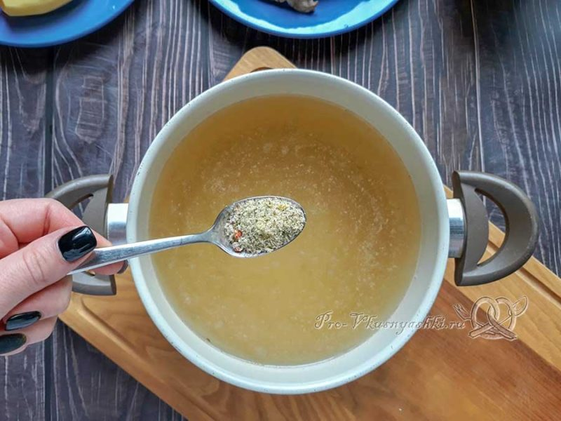 Куриный суп с булгуром - добавляем специи в бульон
