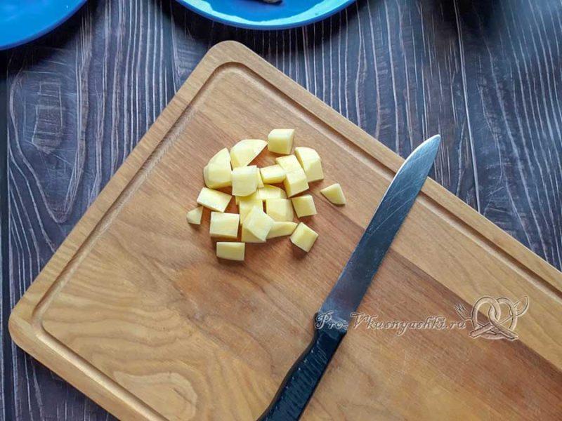 Куриный суп с булгуром - нарезаем картофель