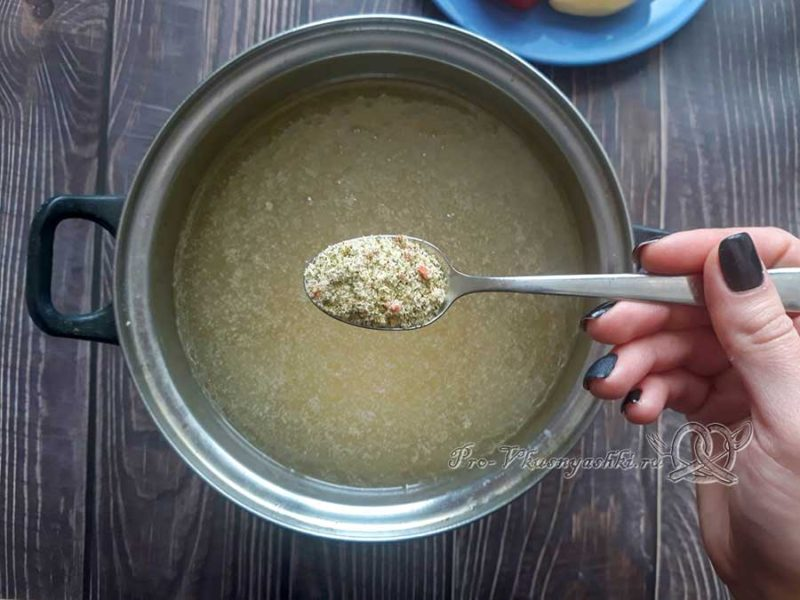 Рисовый суп с курицей - добавляем приправу