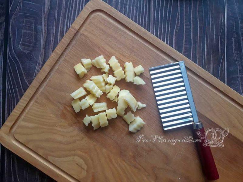 Рисовый суп с курицей - нарезаем картофель