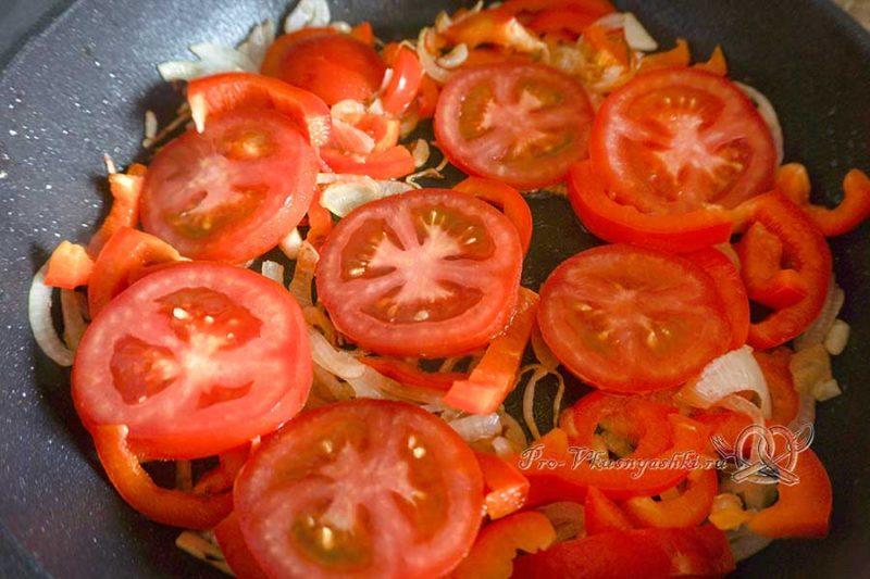 Шакшука по-израильски - обжариваем томаты и перец