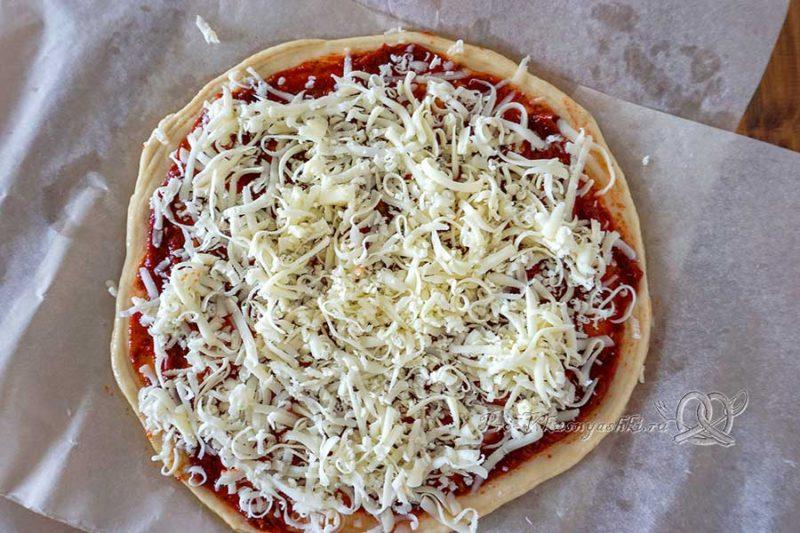 Домашняя пицца салями - посыпаем пиццу сыром
