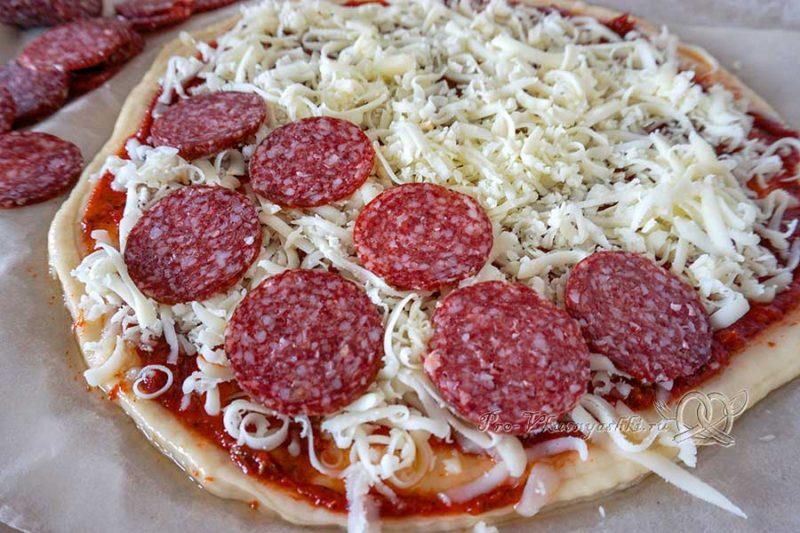 Домашняя пицца салями - выкладываем колбасу на пиццу