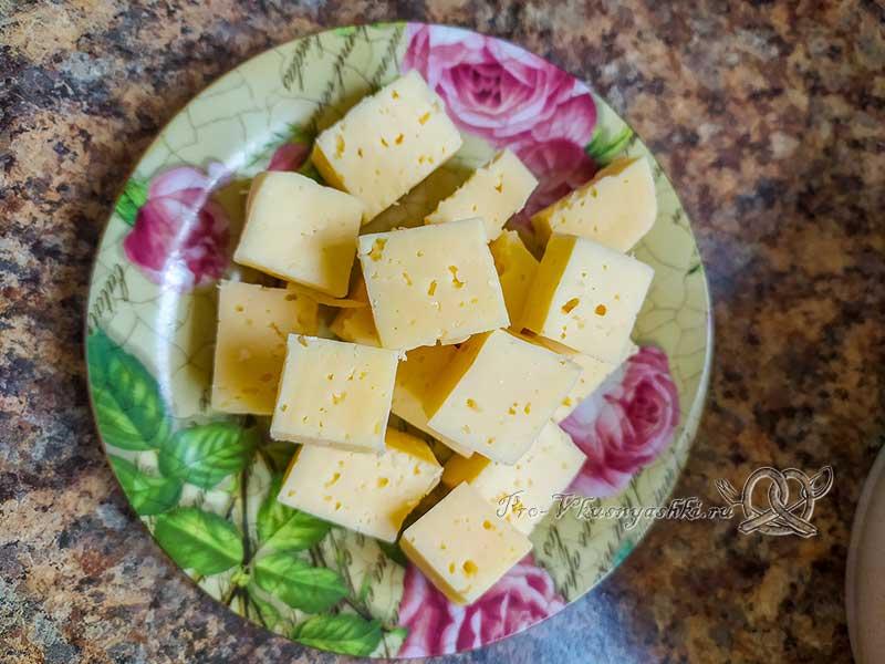 Картофельные шарики из пюре с сыром - нарезаем сыр