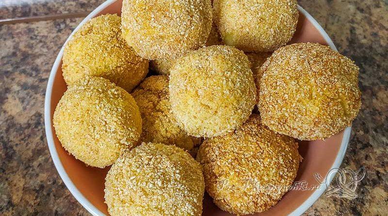 Картофельные шарики из пюре с сыром - подача