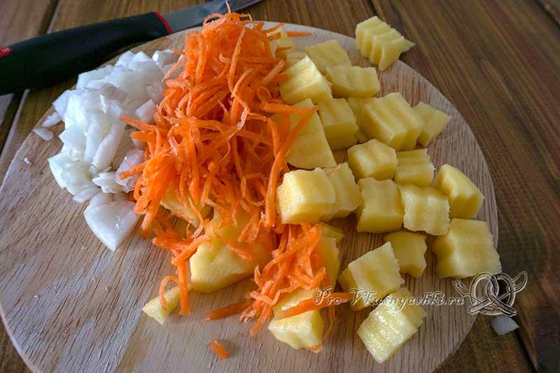 Куриный суп с клецками - нарезаем лук, морковь и картофель