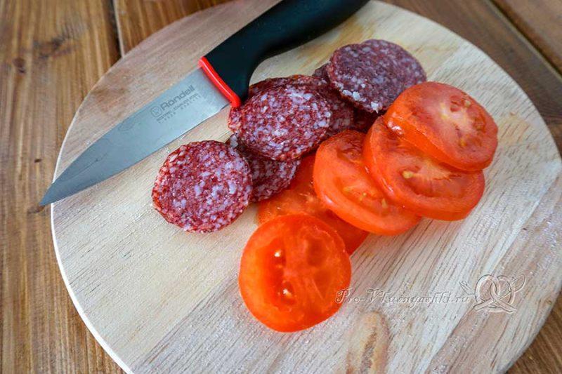 Пицца с салями и помидорами - нарезаем томаты и колбасу