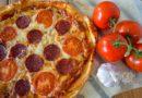 Пицца с салями и помидорами - подача