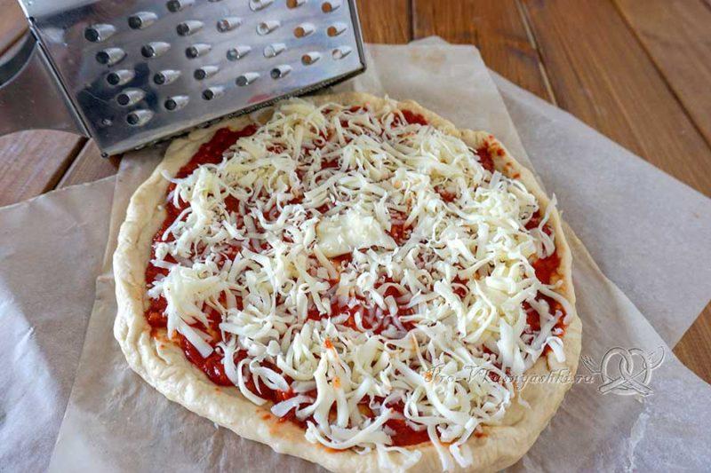 Пицца с салями и помидорами - посыпаем пиццу сыром