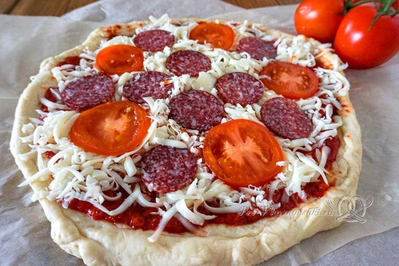 Пицца с салями и помидорами - выкладываем начинку на пиццу
