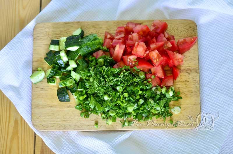 Салат с авокадо, огурцами и помидорами - измельчаем помидоры и огурцы
