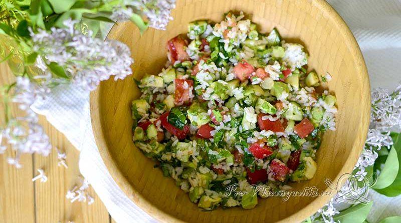 Салат с авокадо, огурцами и помидорами - подача