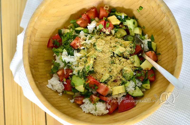 Салат с авокадо, огурцами и помидорами - смешиваем ингредиенты