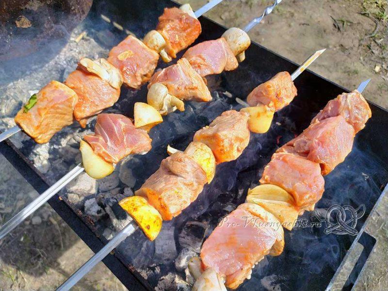 Шашлык из свинины с томатным маринадом - нанизываем мясо на шампуры
