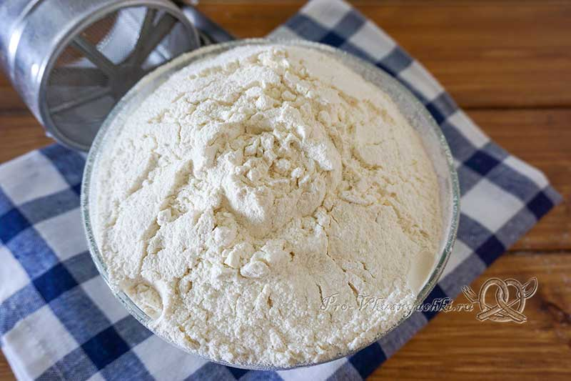 Тесто для пирожков дрожжевое на молоке - просеиваем муку
