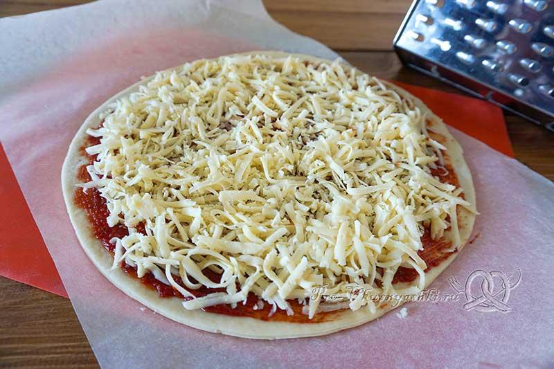 Домашняя грибная пицца с шампиньонами - посыпаем тесто сыром