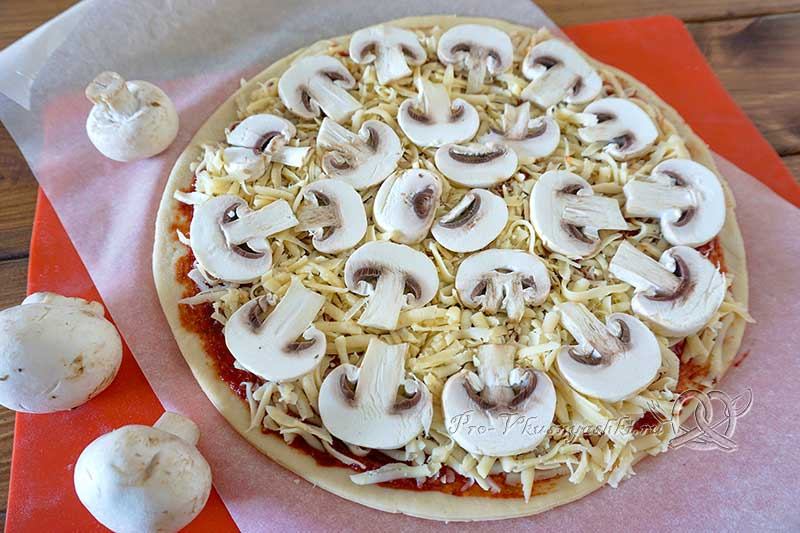 Домашняя грибная пицца с шампиньонами - выкладываем шампиньоны