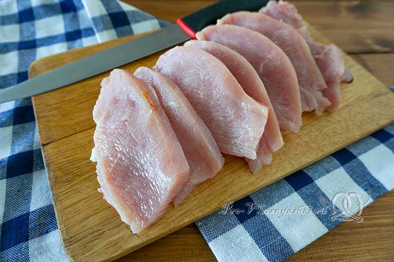 Филе индейки на сковороде гриль - нарезаем мясо