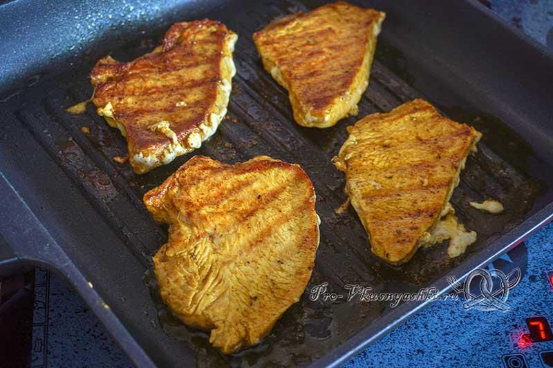 Филе индейки на сковороде гриль - жарим мясо с другой стороны