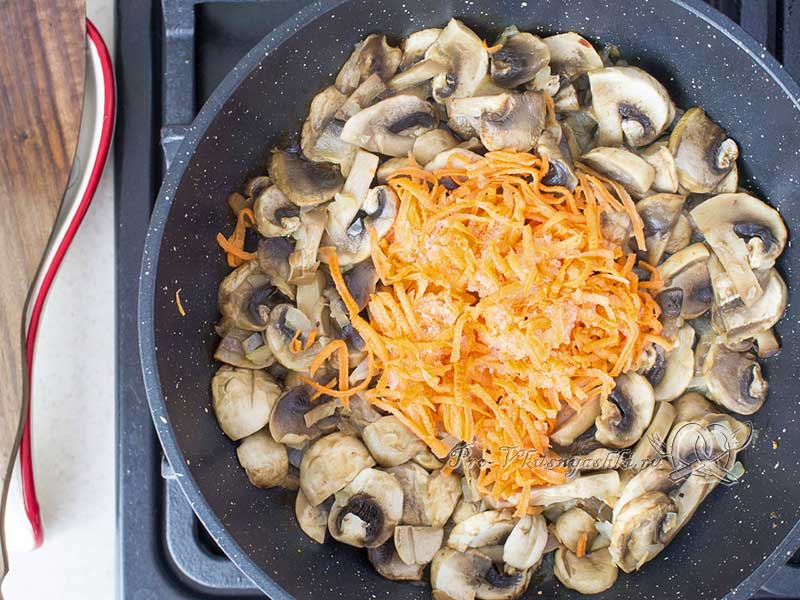 Суп-пюре из шампиньонов - обжариваем морковь