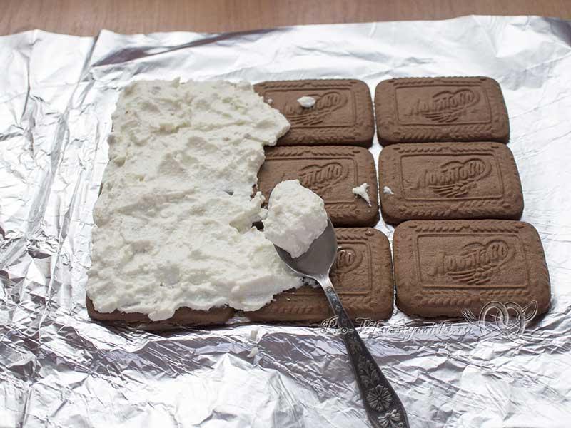 Творожный домик из печенья без выпечки - смазываем печенье начинкой