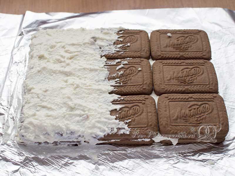 Творожный домик из печенья без выпечки - выкладываем второй слой начинки