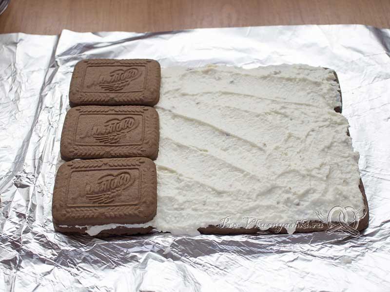 Творожный домик из печенья без выпечки - выкладываем второй слой печенья