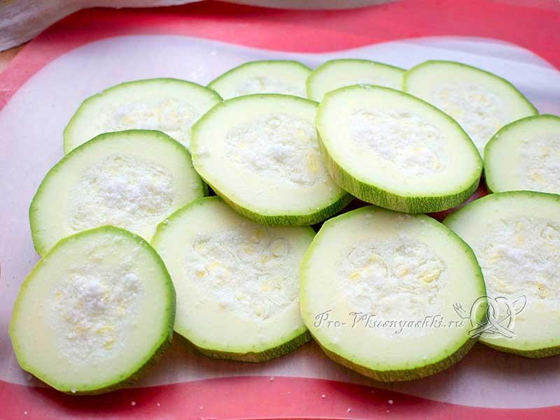 Овощные бутерброды из кабачка с помидорами и сыром в духовке - нарезаем кабачок