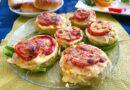 Овощные бутерброды из кабачка с помидорами и сыром в духовке - подача