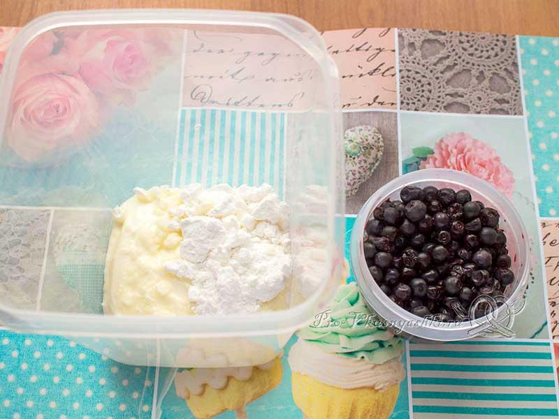 Черничный пирог со сметаной - взбиваем сметану с сахарной пудрой