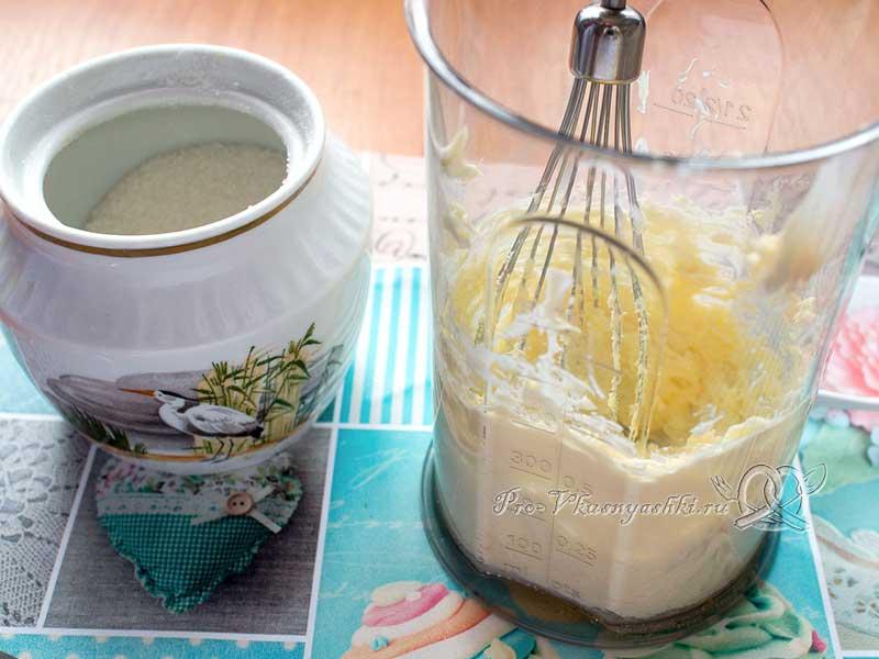 Черничный пирог со сметаной - взбиваем масло с пудрой