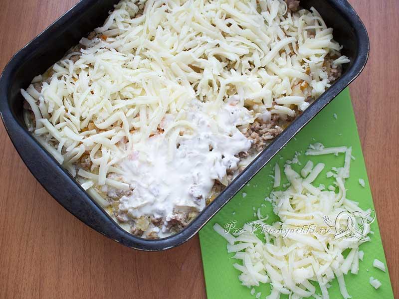 Капустная запеканка с фаршем в духовке - посыпаем запеканку сыром