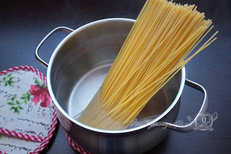 Паста карбонара с ветчиной без сливок - отвариваем спагетти