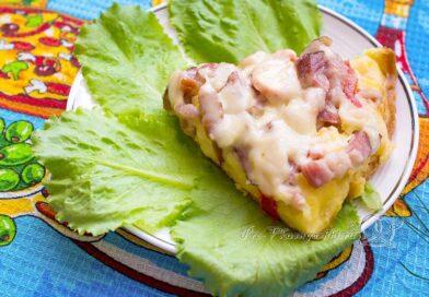 Пицца с колбасой и сыром на сковороде - подача