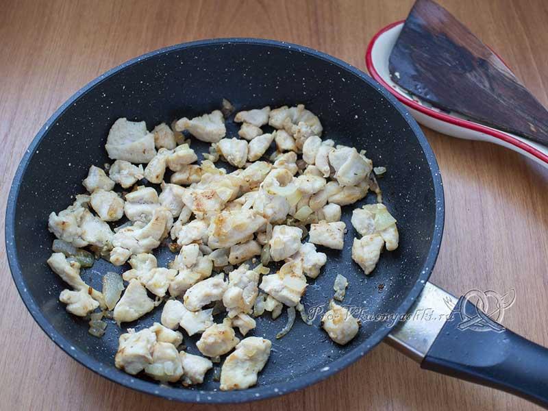 Пирог с куриным филе в духовке - обжариваем мясо