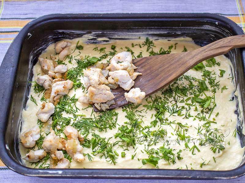 Пирог с куриным филе в духовке - выкладываем начинку