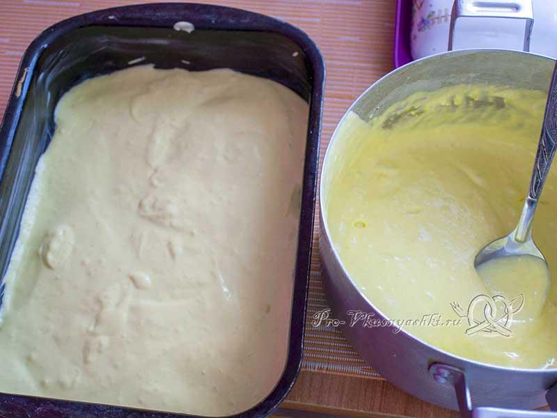 Пирог с куриным филе в духовке - выкладываем половину теста в форму