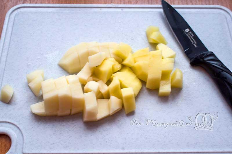 Рыбный суп из свежей форели - нарезаем картофель