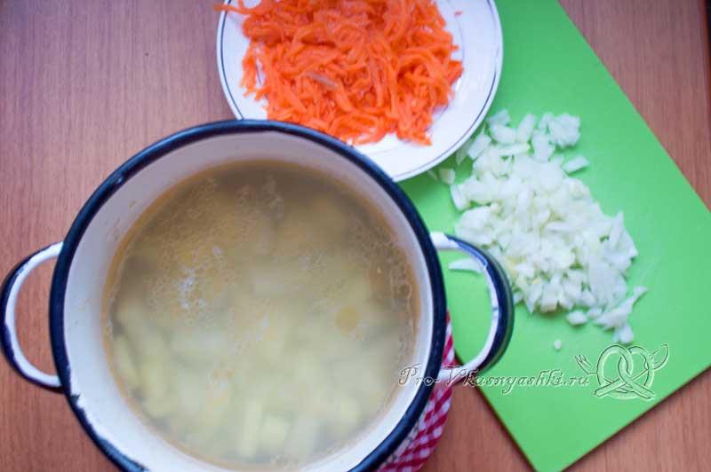 Рыбный суп из свежей форели - варим картофель
