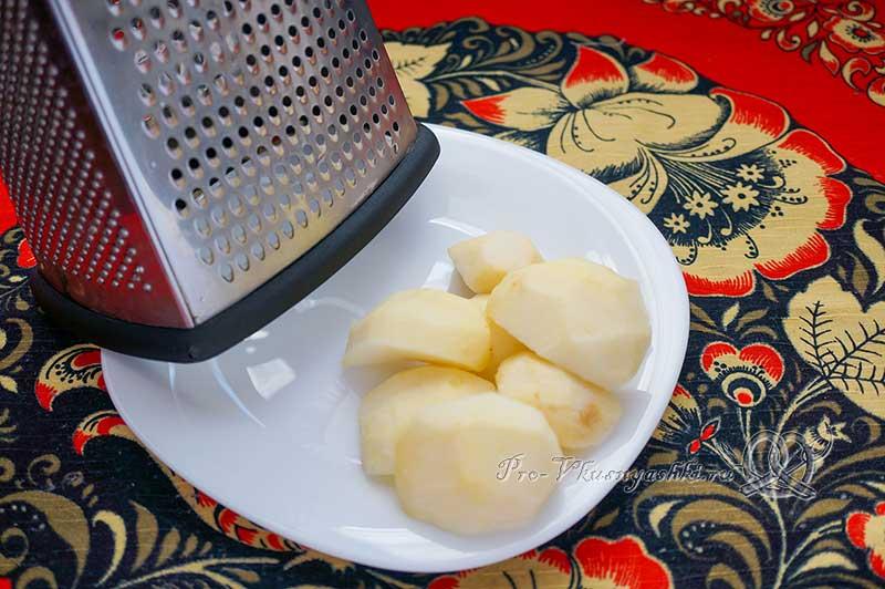 Салат из квашеной капусты с клюквой, яблоками, морковью и луком - натираем яблоко