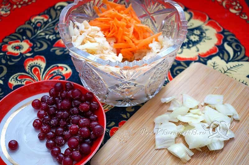 Салат из квашеной капусты с клюквой, яблоками, морковью и луком - соединяем ингредиенты