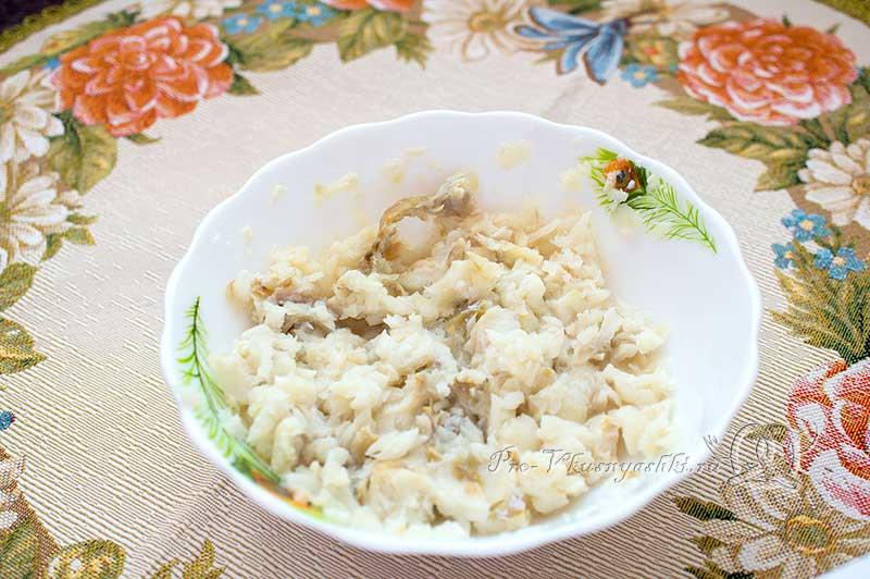 Соте из рыбы - добавляем в филе молоко и яйца