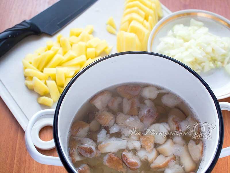 Суп из свежих белых грибов с картофелем и манной крупой - добавляем картофель и лук